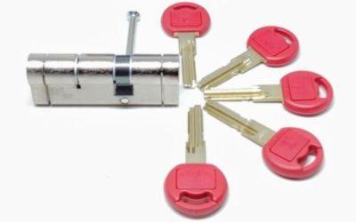 Αφαλός κλειδαριάς και πέντε (5) κλειδιά - Κλειδαράς Σπανός